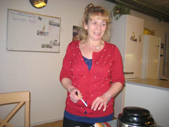 Betina laver mad til beboerne, fordi hun kan lide det.