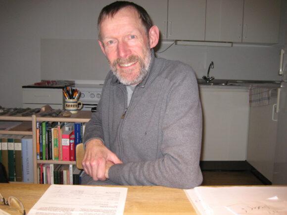 Søren Løkkegaard sidder, hvor køkkenvæggen skulle være.