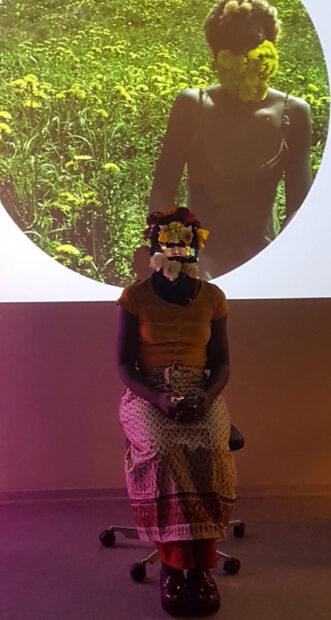 Portugisiske Sall Lam Toro optrådte med videoprojektion og digtoplæsning.
