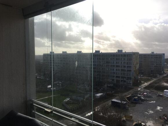 Aarhus Kommune har forbudt glasafskærmede altaner i Gellerup. Det oprindelige glasparti med foldbare glasdøre, som var en del af vinderprojektet i arkitektkonkurrencen for pilotprojektet for B4, Gudrunsvej 38-46, er aldrig blevet opsat. Kun en løsning med en 1/3-dels fastmonteret glasafdækning er prøveopsat på en nyrenoveret lejlighed på 7. sal i nr. 46. Denne prøveopsætning er efterfølgende blevet besigtiget af Teknik og Miljø, der vurderede, at den opsatte prøveinddækning ikke havde en tilstrækkelig høj kvalitet.