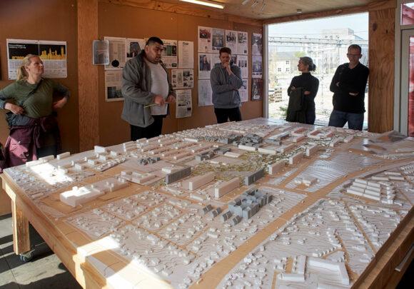 Chadi viste udviklingen i området på en model af området.
