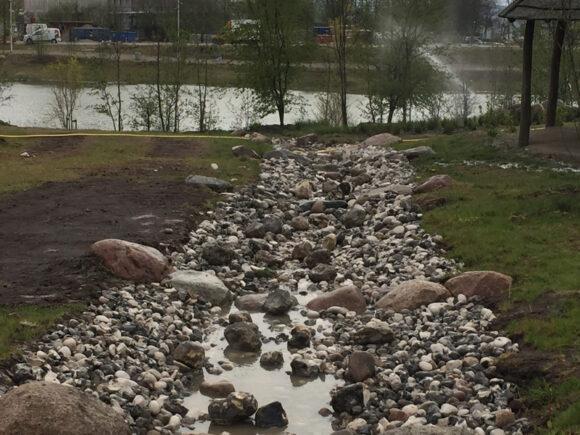 """Noget af vandet fandt via de anlagte kanaler tilbage til """"søen"""", som her er i anførselstegn, fordi det i fagterminologi hedder et """"teknisk anlæg""""."""