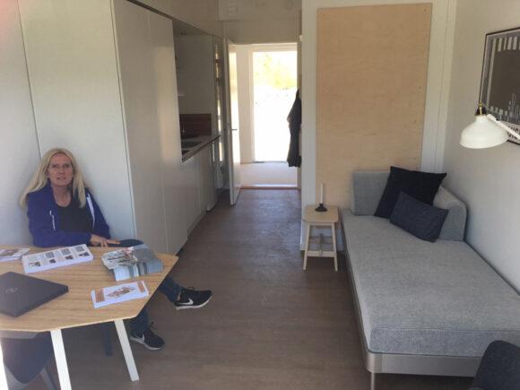 Administrationschef Susanne Witting viste i påsken boligforeningens nyeste boliger frem, som studerende snart kan skrive sig op til. Kollegieværelserne har hver sin altan.