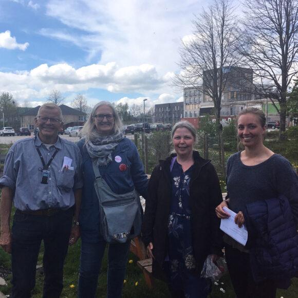 Torben Harmann fra Verdenshavernes Venner, Helle Hansen fra Grønærten, Anett S. Christiansen og Maj Laurberg fra den boligsociale indsats glæder sig til at møde haveinteresserede beboere.