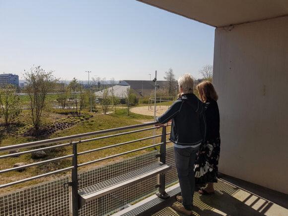 Mange nød udsigten fra altanen på Inger Christensens Gade.