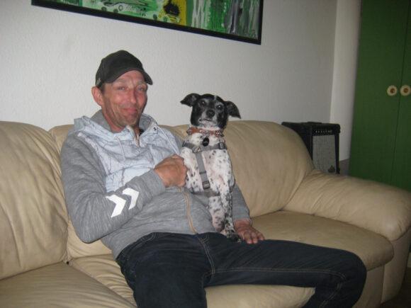 Rune flyttede oprindeligt til Odinsgård, fordi han måtte have sine hunde med, men nu er han glad for at bo der.