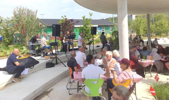 Martin Hornstrups orkester leverede musik og sang med støtte fra Velliv