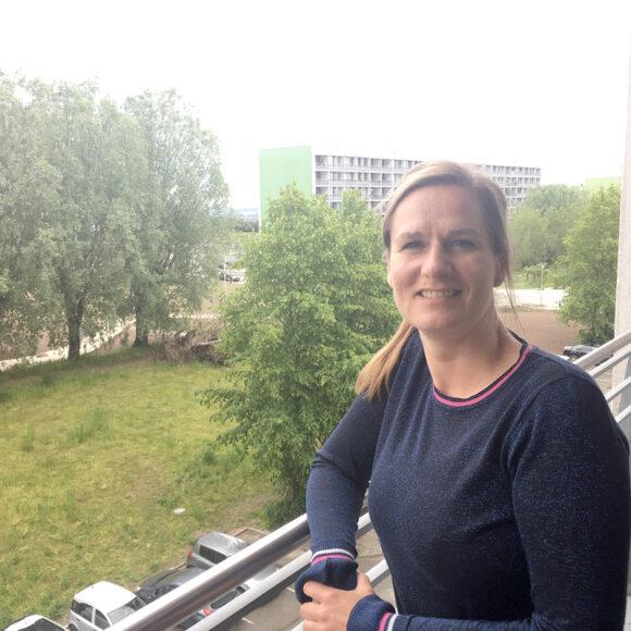 Linda Olsen har kig til Århusbugten fra altanen på tredje sal.