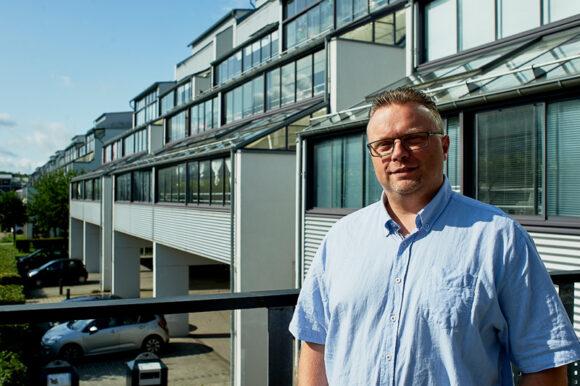 Peter Aagaard, 47 år, har en alsidig baggrund fra arbejdsmarkedet. Han har uddannelse og videreuddannelse som servicetekniker, diplom i ledelse og har arbejdet for Randers Kommune indenfor energi og bygningsdrift.