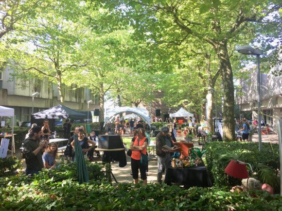 Fredspladsen i Gellerup emmede af liv på markedsdagen.