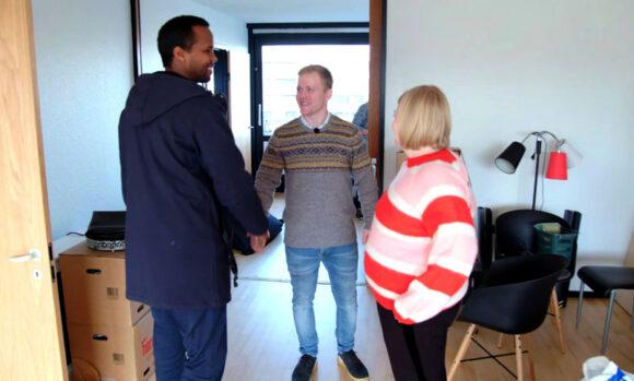 """Velkommen i """"ghettoen"""". Abdinasir byder velkommen til Rene og Tanja."""