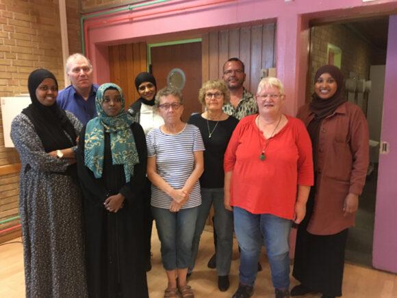 Den nye bestyrelse: fra højre Hanan Yusuf, Vagn Eriksen, Najma Ahmed Mohamoud, Iman Nasser, Ruth, Birgit Fuglsang, Kasper Jensen, Birthe Marie Andersen og Sarah Mohammed.
