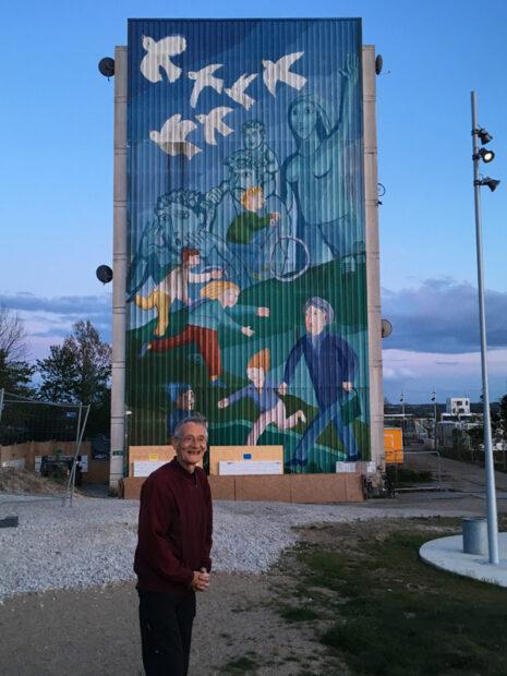 Kunstneren Thomas Kruse foran gavlmaleriet på B7 på Gudrunsvej, som nu er pillet ned og opbevaret