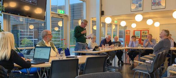 Afdelingsformand Jens Kragsnæs aflægger beretning. Foreningsformand Keld Albrechtsen er dirigent.