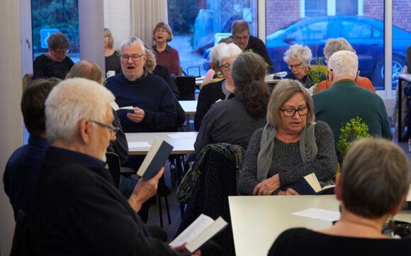 Der sker meget på Lokalcenter Brabrand, som her tilbage i marts, hvor Skræppen var forbi til fællessang. (foto Bo Sigismund)