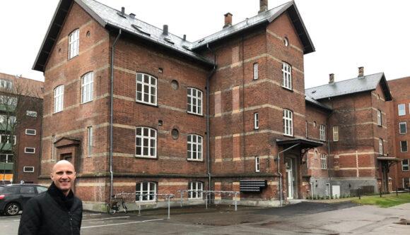 Projektleder Morten Meldgaard foran det gamle kasernehospital.