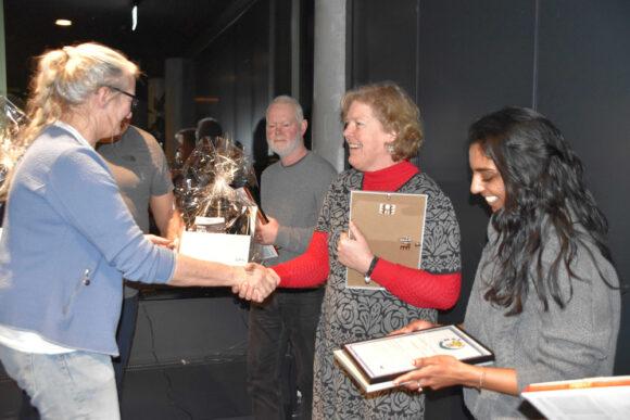 De glade modtagere af prisen med en anden nomineret, Peter From, i baggrunden.