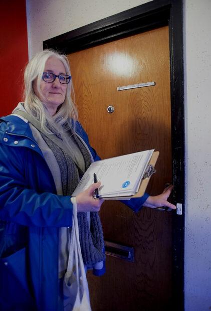 Helle Hansen ringer på døren hos beboerne for at høre beboerne, hvad de tænker.