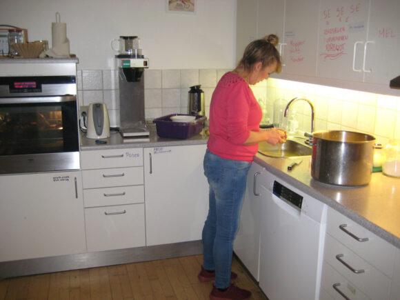 Betina er godt i gang i køkkenet.
