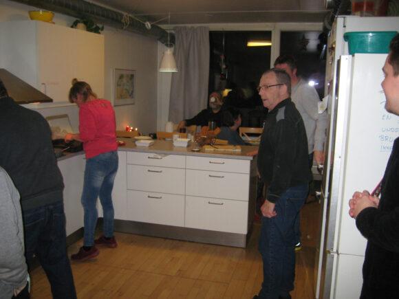Travlhed i køkkenet.