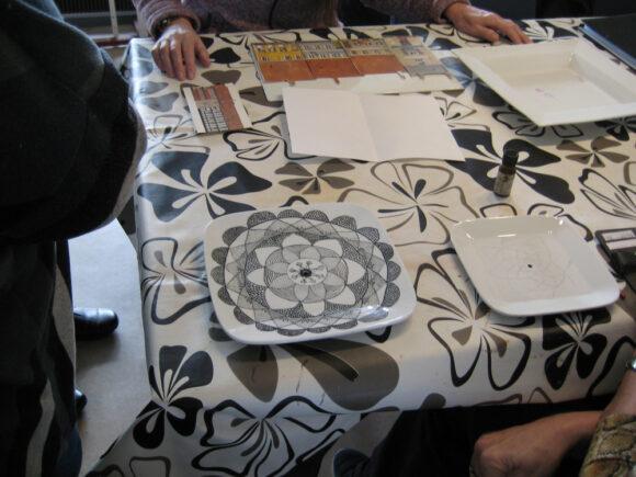 Mønstret på tallerkenen er finere end dugen.