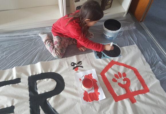 Selv de små kan male bannere.