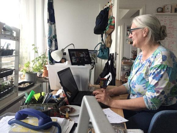 Skræppebladets redaktør, Helle Hansen, sidder på sit hjemmekontor og forsøger at styre talerækken på redaktionsmødet i cyberspace.