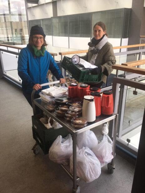 Livsværkstedernes leder, Gritt Rhinstrøm th., og cafémedarbejder Mathilde Vendelbo Andersen er klar til at rulle ud med pop-up-boden.