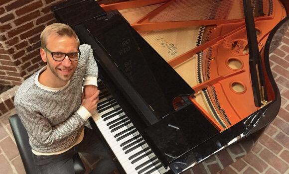 Organist Martin Hornstrup inviterer alle til fyraftenssang  hver for sig hver onsdag.