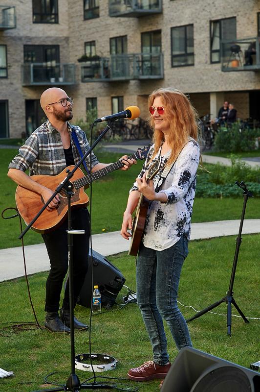 Gårdsangerne Sue og Dan spillede op en lille times tid, med sange, som Havnehusenes beboere kunne synge med på.