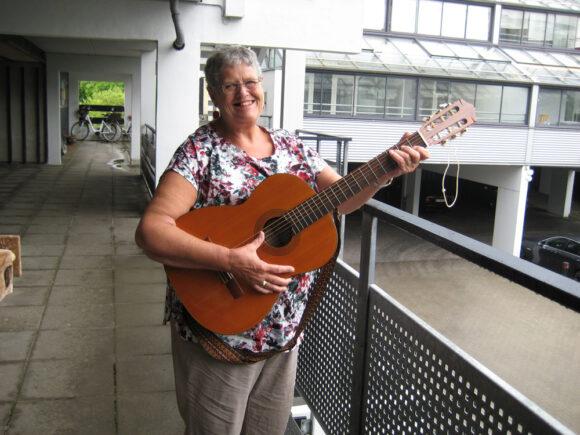 Catharina underholdt de andre beboere med guitarspil og sang