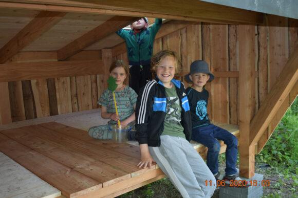Shelteren er allerede taget i brug, og børnene synes, det er sjovt.