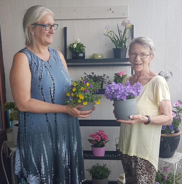 Afdelingsbestyrelsesmedlem Helle Hansen, Lillians nabo gennem 33 år, var forbi med blomster fra afdelingen for at fejre de 50 år i Gellerup.