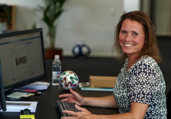 Kommunikationschef Tine M. Pallesen glæder sig til alle de udfordringer, hun kommer til at møde i Brabrand Boligforening.