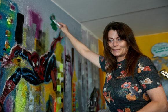 Motivet og farverne vælter ud af væggen.