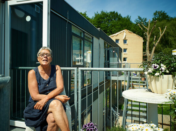 Marianne Fisker nyder solen - i mangel af altan er trappen helt fin, og udsigten er fortræffelig.