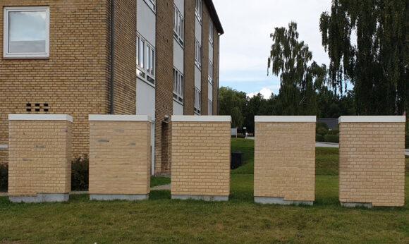 Disse mure har stået længe i Søvangen, så beboerne kan se de forskellige former for murværk.
