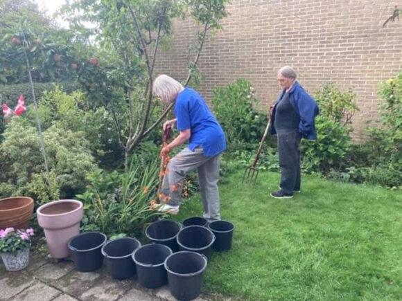 Der var masser af sorte spande klar til at flytte planter i.
