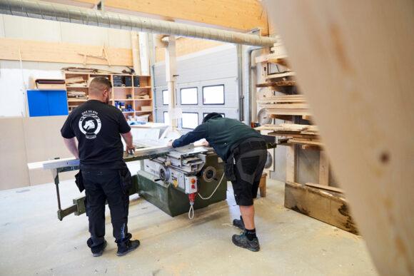 Sjak & Byg er i gang i Square Ones tømmerværksted.