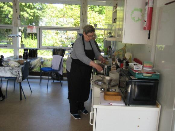 Bente Ryolf i køkkenet.