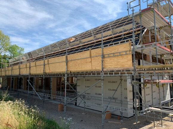Brabrand Boligforening er bygherre på Tousgårdsladen, mens Pluskontoret Arkitekter A/S er bygherrerådgiver. Den udførende entreprenør er PN Tømrer & Byggefirma A/S.