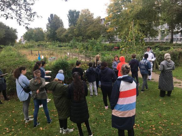 Eleverne kom forbi haveforeningen Grønærtens små nyttehave på Dortesvej, hvor de fandt mange spændende ting, der kunne laves aftryk af.