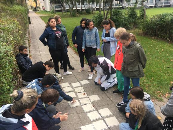 Når elevernes fliser er helt færdige, kommer de op at hænge i tunnelen under Gudrunsvej bag Gellerup Kirke.
