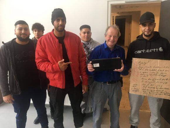 Allan mødte de unge mænd fra blokken og takkede for deres initiativ.  Fra venstre Taha Kayed, Mustafa Quddoura, Shadi Abbas, Ali Kaddoura, Allan Fisker og Ibrahim Kaddoura.