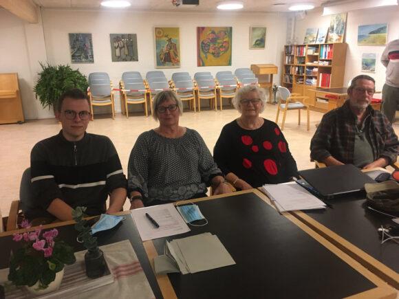 Rødlundsparkens bestyrelse siddende, så mundbindet kunne blive af. Fra venstre Kristian Liljegren, Lene Gjørup, Aase Asmus Christensen og Søren Lange. Birte Kjær Günzel var fraværende.