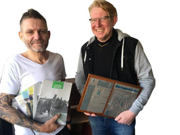 Jesper Krogh (tv) giver efter 27 år layoutopgaven af Skræppebladet videre til Ulrik Ricco Hansen.