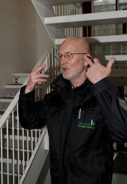 Vis hensyn og hold afstand - især på trapper, gange og i elevator, opfordrer serviceleder Kári Gylfason i Gellerupparken.