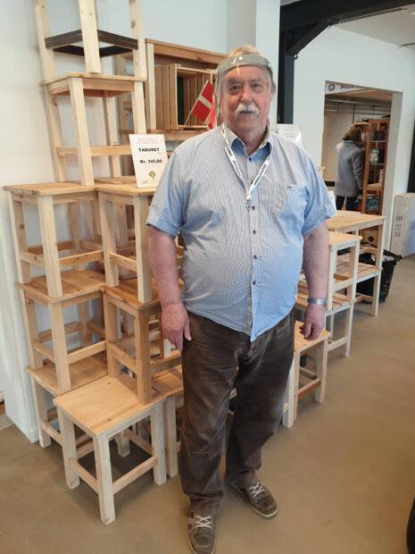 Gunnar Riis foran et udvalg af skamler lavet af genbrugstræ.