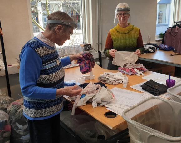 Birgit og Else er i gang med at sortere tøj. De har begge været frivillige i en årrække.