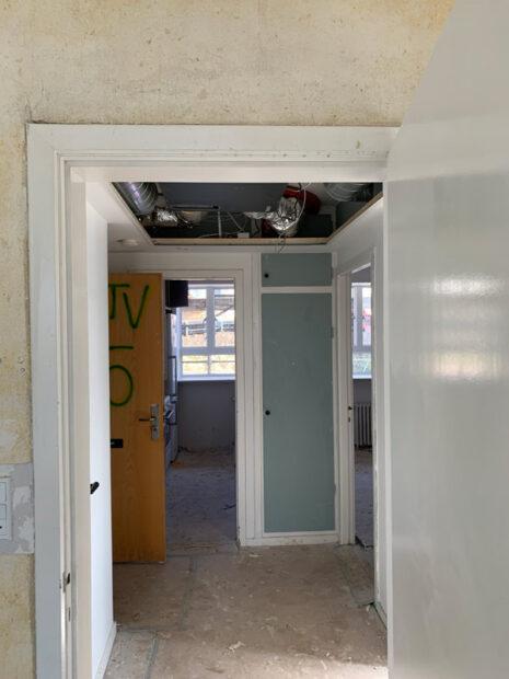 Ventilationsanlæg over nedhængt loft i afdeling 1.